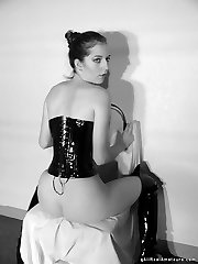 Amateur girlfriend wears corset and boots