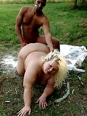 Hot fatty Amanda spreads wide as she gets fucked on the grass outdoors