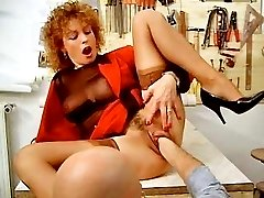 Mature babe loves fist fucking