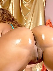 Cream stuffs huge dildo in amazing ass