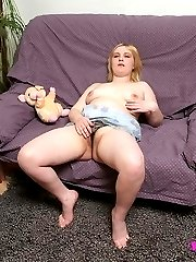 Blonde cushion for pushin� tries an XXXL dildo