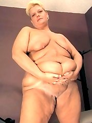 Fat mature blonde tanned BBW with saggy belly rolls