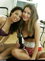 Drunken girls girl/girl sex