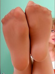Angel als hooter girl in glistening suntan pantyhose