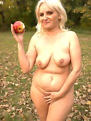 Sexy blonde granny Mandy playing with her sagged tits while sucking off a meaty prick