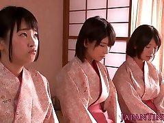 يضرب الياباني المراهقين الملكة الرجل حين wanking قبالة له