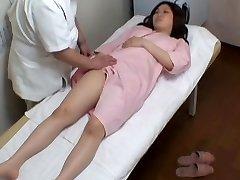 שמנמן יפנית נוער נהנה מציצן עיסוי ארוטי מהנה