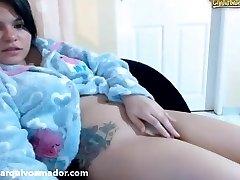 Novinha mostrando os peitos e a xoxota na cam