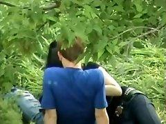 Azijos Mergaitė Žaidžia Su Rusijos Draugu Gaidys Ant Visuomenės