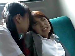 アジアの女子高生は楽しい先生にバス