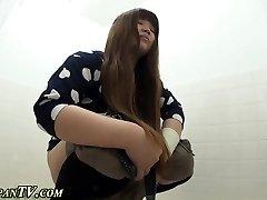 Asyalı kaşarlar tuvalette işerken