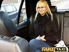 FakeTaxi Loira com óculos fica falou em fita de sexo