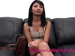 Menina quente Chocante Confissão no Sofá de Fundição
