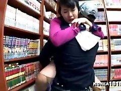 coreanos excitados a foder na loja de banda desenhada
