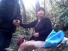 prostituta asiática a fazer o trabalho sem costas