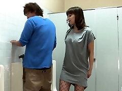 riho mikami chupa um pau duro em um banheiro público
