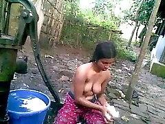uma camponesa indiana a tomar banho nua
