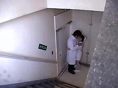 Médico transado uma enfermeira impertinente pensando que ninguém estava lá