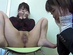 a rapariga japonesa mostra ratas à amiga