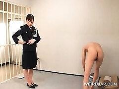 Desagradável asiático mulher polícia bichano lambido por tesão presidiário