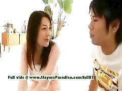 Mai Uzuki inocente peituda chinês garota fica mamilos, lambendo e beijando