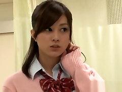 uma estudante japonesa marota fode um tipo maduro na casa de banho