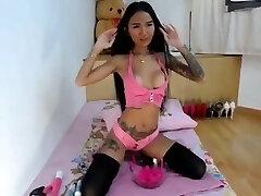 rapariga asiática boazona a esguichar em lingerie rosa
