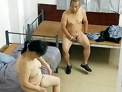velho asiático com prostituta