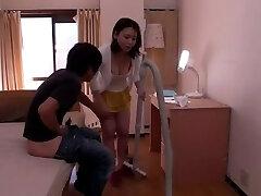 japonês filho fode sua mãe ao redor da casa