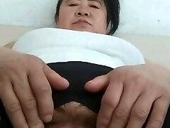 avó asiática a masturbar-se