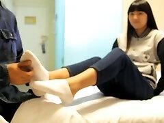 chinês agradar a menina com meia e nua