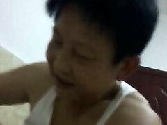 chinês avó, tentando satisfazer seu homem na cowgirl