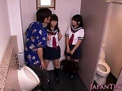 Petite japonês alunas de foda no banheiro