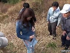 a camponesa japonesa maki hojo teve sexo em grupo ao ar livre