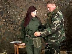 uma asiática de uniforme militar aisha san faz um bom broche a um soldado