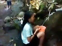 Indonēzijas meitene āra dabas duša