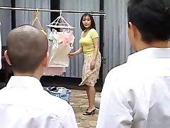 Ht rijpe moeder neukt haar zoon ' s beste vriend