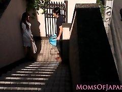 जापानी माँ के साथ धोखा देती है और चेहरा गड़बड़ हो जाता है