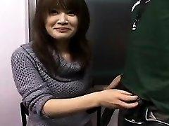 Sexy Japonesa gata com um lindo sorriso obras de suas mãos em um