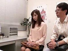 זוג יפני הולך מרפאת פוריות