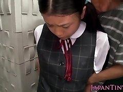 Inocente asiático, estudante de degustação de porra closeup