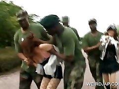 Azijos sekso vergais gauna pakliuvom karinių grupinis seksas