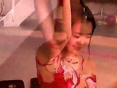 asiático amateur en bikini y uniforme de mucama