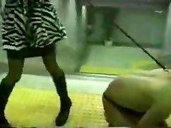 asiático señora de metro de nalgadas