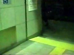 azijos šeimininke metro pliaukštelėjimas