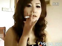 प्यारा चीनी लड़की धूम्रपान