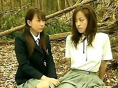 Pohoten Azijskih Lezbijke Zunaj V Gozdu