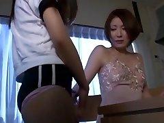 गर्म एशियाई स्कूली छात्रा असहाय शिक्षक