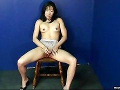 Fantastinis Azijos mergina trina savo šlapias pūlingas