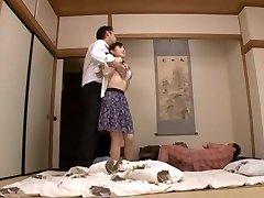 गृहिणी Yuu Kawakami गड़बड़, जबकि एक अन्य आदमी देखता है